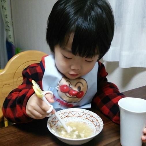 お箸を使う息子(2歳3ヶ月時点)01