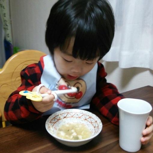 お箸を使う息子(2歳3ヶ月時点)02