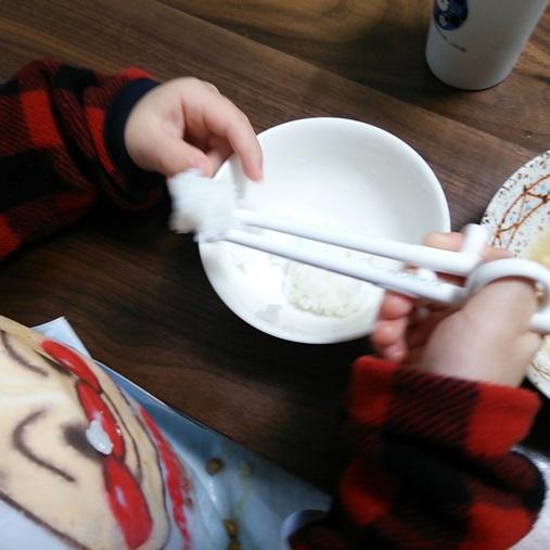 お箸を使う息子(2歳3ヶ月時点)03