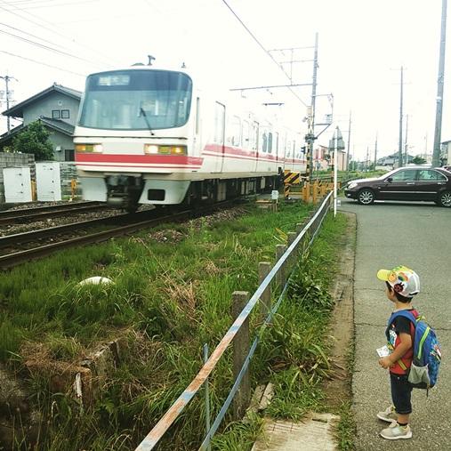 電車を眺める息子