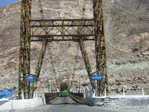 ギルギット川を跨ぐ吊り橋02